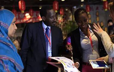 非洲英语国家政党理论干部考察团来连 参观创业工坊 - 创业工坊
